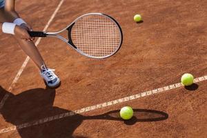 mooi meisje glimlachend met een tennisracket