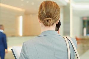 zakelijke zakenvrouw praten aan de telefoon foto