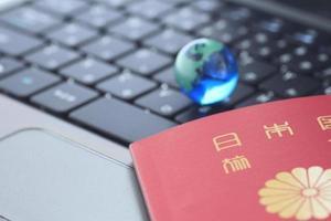 glazen bol en een paspoort over toetsenbord