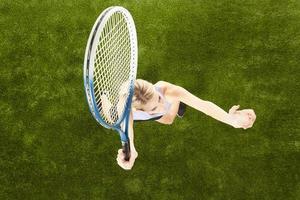 tennisser op de speelplaats