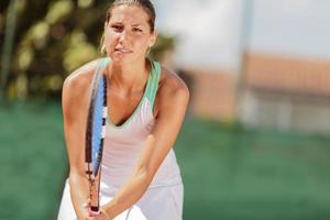 jonge vrouw met tennis