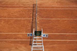 tennisbaan en scheidsrechterstoel