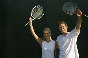 tennispartners die rackets naar de overwinning brengen