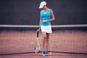 meisje speelt in tennis foto