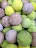 softbal met tennisbal in ijzeren mand