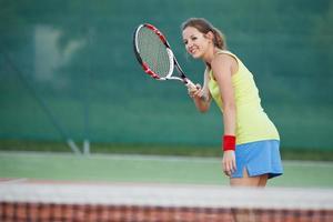portret van een mooie jonge tennisser met copyspace