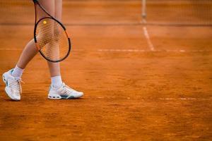 klei tennisbaan en speler concept