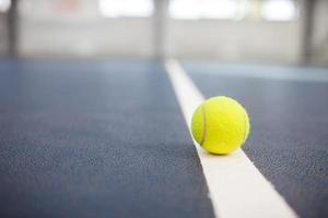 tennisbal op de baan close-up met ruimte