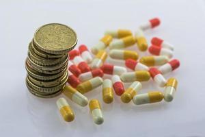 concept van sanitaire bijbetaling, geld en medicijnen