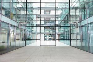 lege, moderne lobby van een groot bedrijf foto