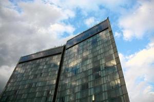 glas en staal in de lucht foto