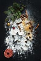 bakken ingrediënten voor kerstvakantie traditionele peperkoek cookies voorbereiding, zwart foto