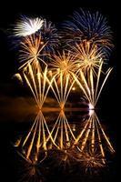 gouden en blauw vuurwerk foto