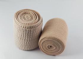 twee elastische aas compressie bandage ketting onverpakt geïsoleerd foto
