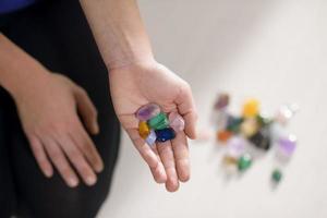 alternatieve geneeswijzen en pijngenezing, jonge therapeut met pati foto