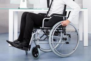 zakenman op rolstoel foto