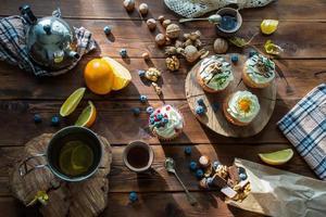 houten tafel met cupcakes foto