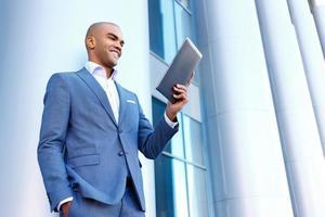 vrolijke zakenman die zich dichtbij kolom bevindt foto