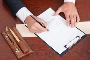 aangename advocaat die papieren ondertekent foto