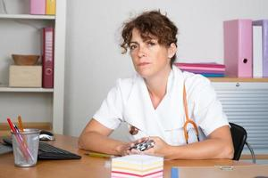 lachende vrouw van de arts met een stethoscoop foto