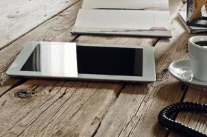 wite tablet met een kopje zwarte koffie foto