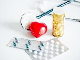 hart met stethoscoop en tabletten packs foto