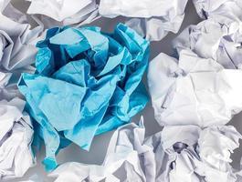 verfrommeld papier bal geïsoleerd op een witte achtergrond. foto
