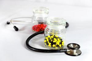 twee flessen geneeskunde en stethoscoop foto