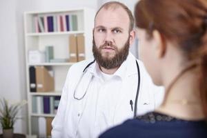 patientin in der sprechstunde beim arzt foto