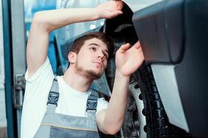 automonteur bij het tankstation foto