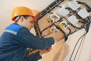 elektricien werkt met elektrisch netwerk