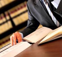 zakenman met boeken en notities foto