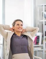 portret van ontspannen zakenvrouw in kantoor foto