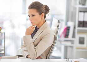 portret van doordachte zakenvrouw op het werk foto