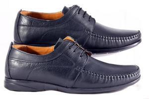 de schoenen van de zwarte man
