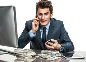succesvolle zakenman praten via de mobiele telefoon foto