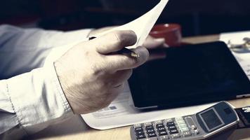 zakenman met tablet en smartphone foto