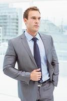 slimme zakenman in pak op kantoor foto