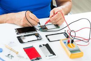 man reparatie van mobiele telefoon foto