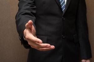 zakenman die een handdruk aanbiedt. foto
