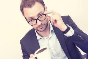 portret van een zakenman op kantoor foto
