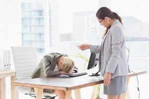 zakenvrouw geeft bestellingen bij haar collega foto