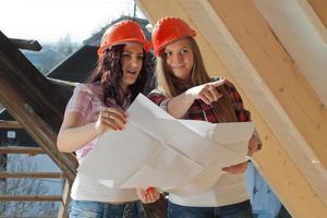 twee jonge vrouwelijke arbeiders op het dak