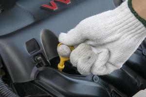 controleer het oliepeil in de motor foto