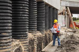 werknemer op de bouwplaats van de brug foto