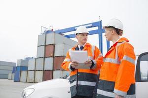 arbeiders in gesprek op scheepswerf foto