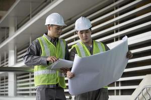twee Aziatische industriële ingenieurs aan het werk. foto