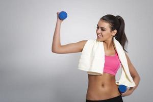 aantrekkelijke vrouw die hard werkt om fit te blijven foto