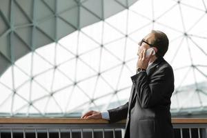 zakenman in formele slijtage praten over de telefoon foto