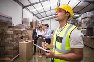 magazijnbeheerder die zijn inventaris controleert